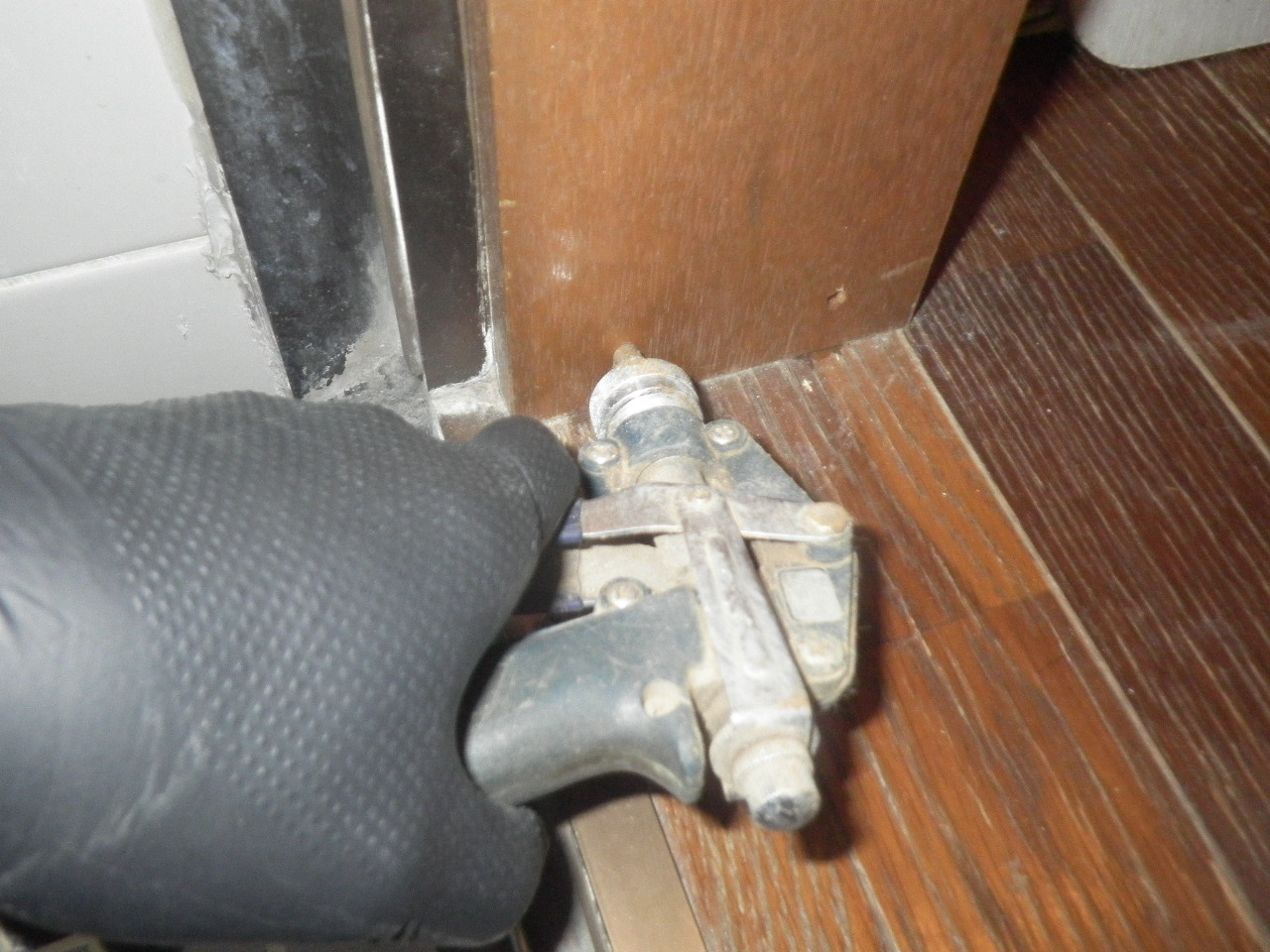 風呂場ドア枠穿孔注入